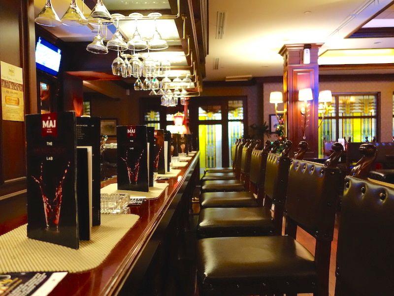 「ホテルマジャパヒ」に宿泊したら必ずバーを訪れたい