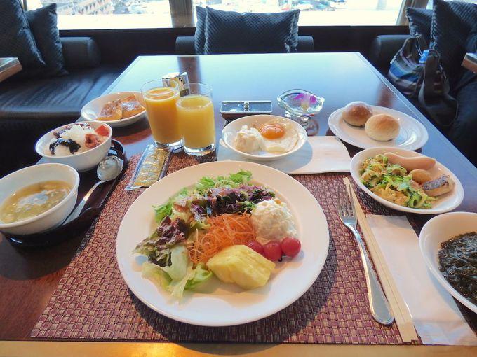 朝食は港が目前に見えるレストランで
