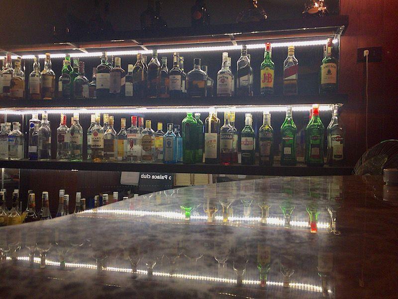 ホテルのバーはほぼ毎晩生演奏があり、ベトナムビールを楽しめる