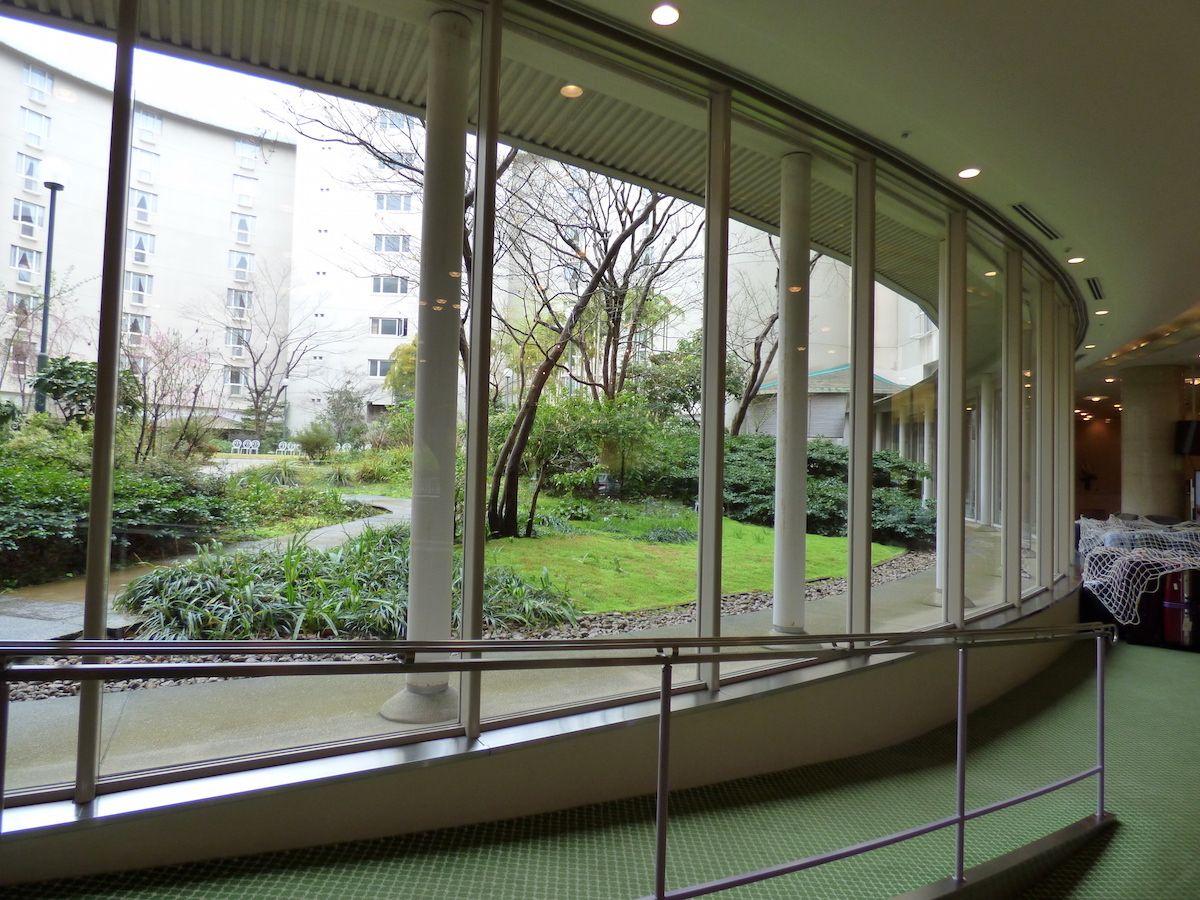 木々に囲まれたホテルは京都の自然の中にいるよう