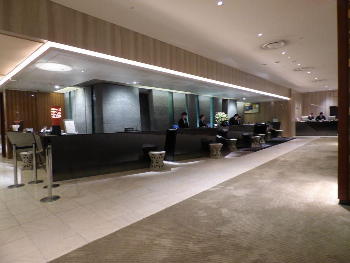 ホテルは大型でロビーが広く開放的!