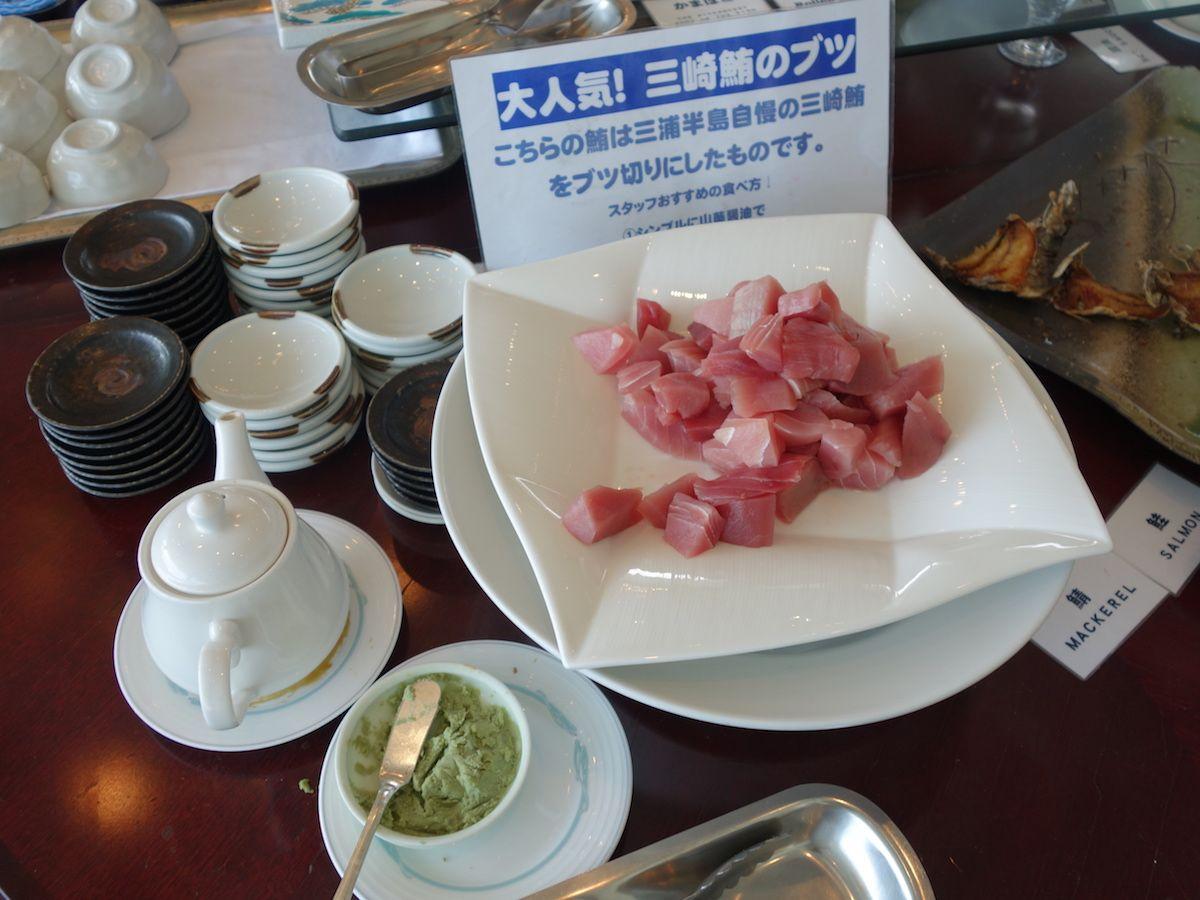 朝食はオーシャンビューのレストランでマグロのお刺身をいただきましょう!