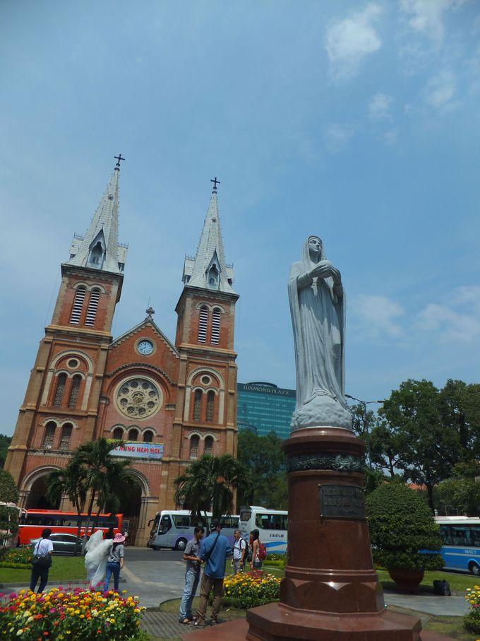 天高くそびえる双塔が見事な「サイゴン大教会」