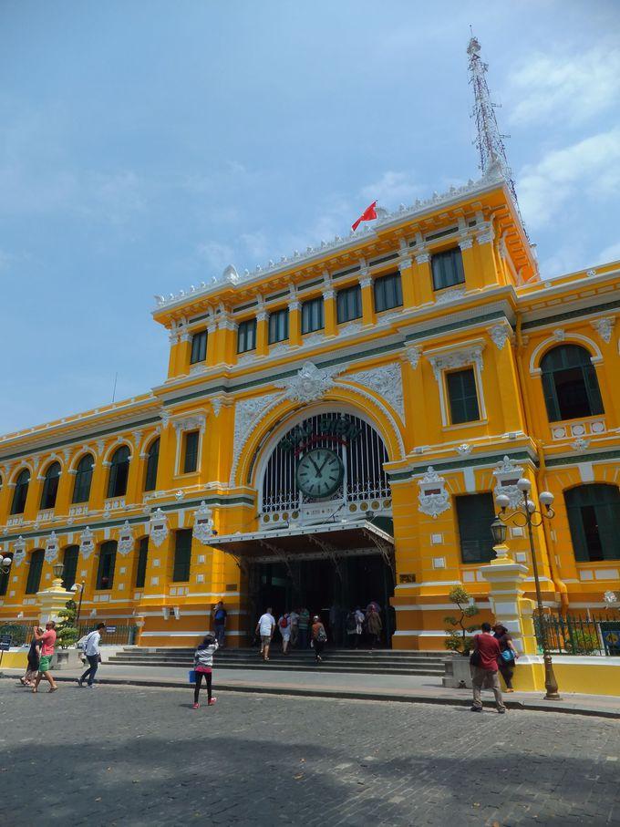駅舎を思わせる内部が素晴らしい「サイゴン中央郵便局」