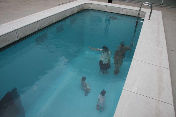 プールの中に洋服を着た人が!