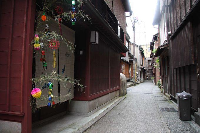 浅野川をはさんだ向いにある主計町(かずえまち)茶屋街へ