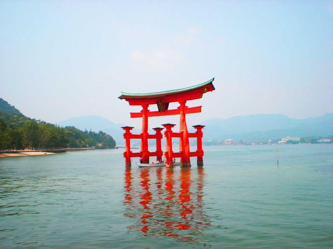 海に浮かぶ赤い鳥居が有名な嚴島神社