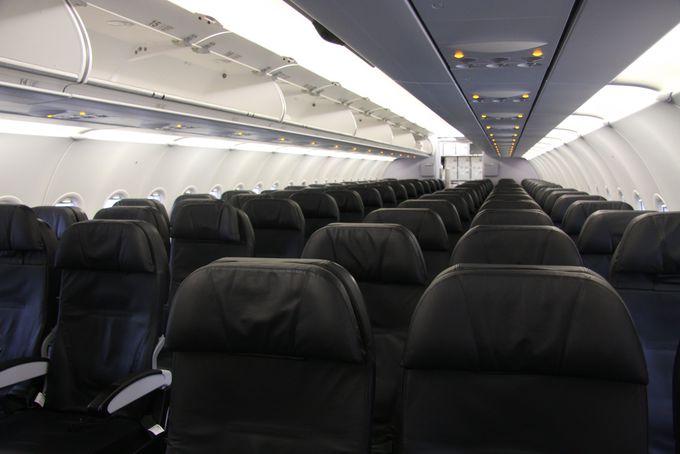 黒と白のモノトーンで統一された落ち着いた機内