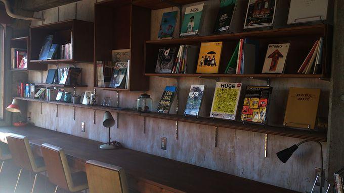 共有スペースのライブラリー、キッチンは北欧風