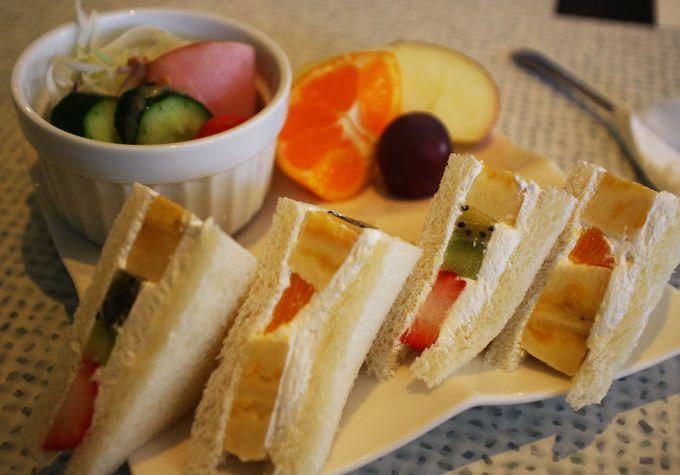 地元の果物屋さんでフルーツサンドの朝食を