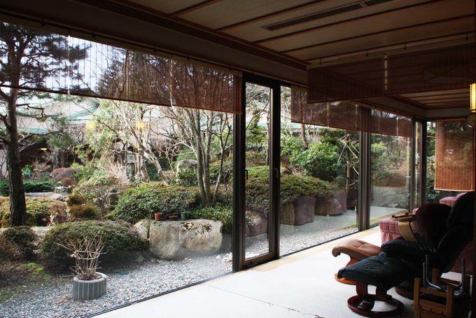 日本庭園を望む大浴場と休憩所