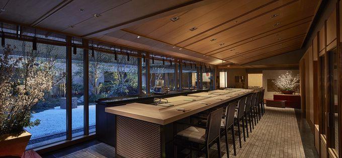 日本庭園を見渡す7メートルの檜の寿司カウンター