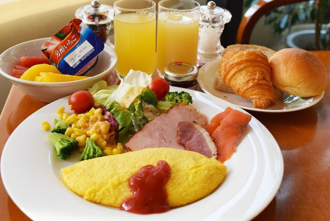 オープンキッチンスタイルのカフェで朝食を
