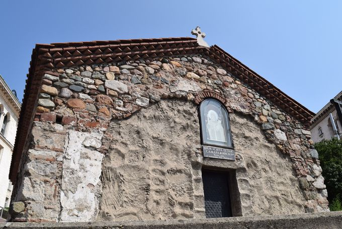 屋根だけしか見えない聖ペトカ地下教会