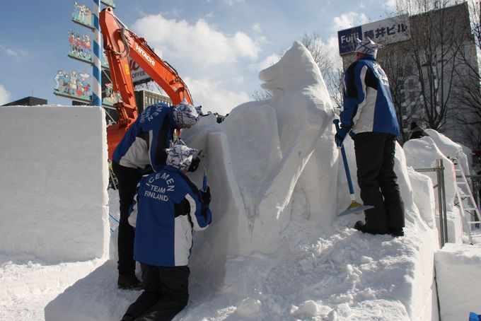 雪像制作の現場も見られる