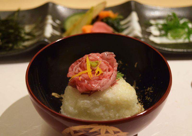 肉の花びらだし茶漬けが絶品!炭火ステーキ坂井・京都三条で極上黒毛和牛ステーキを炭火でいただく