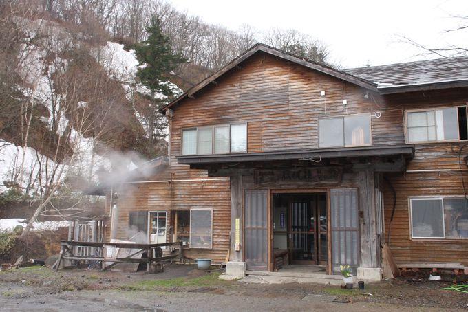山間にたたずむ木造の宿「松楓荘」