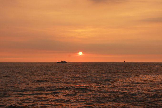 西子湾を真っ赤に染める夕日が美しい名所