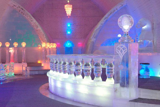 氷の美術館、室内はライトアップされて幻想的!