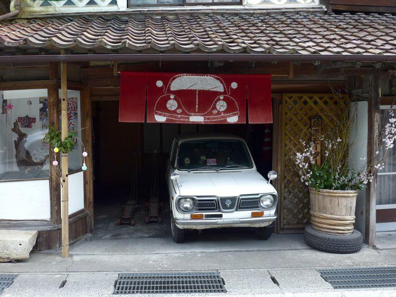 岡山県「勝山」で白壁・格子窓・草木染め暖簾の町並みを散策しよう!