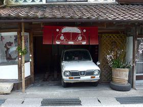 白壁と格子窓が美しい岡山初の町並み保存地区「勝山」軒先の草木染暖簾が面白い!