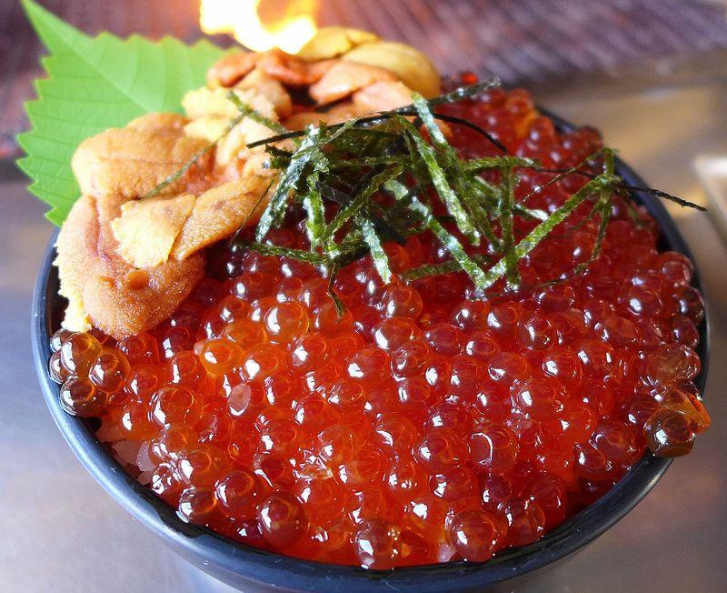 イクラ丼が1000円!釧路「鮭番屋」はその場で焼いて食せる安ウマ海産物直売所