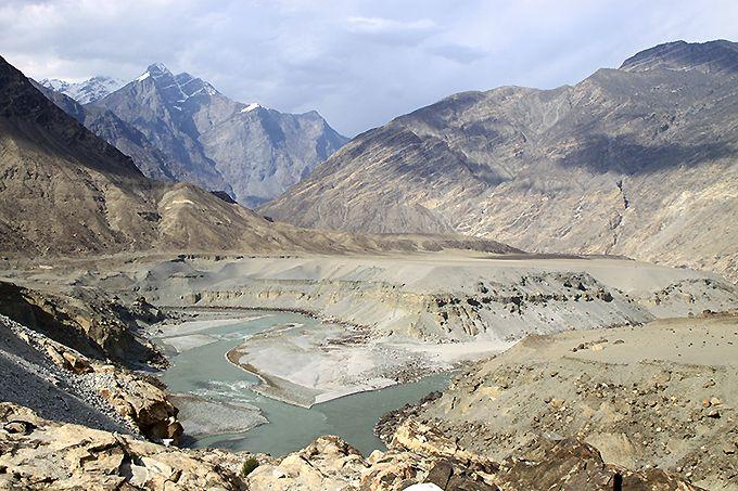 インダス川沿いにつづくカラコルムの壮大な風景とそこで暮らす人々