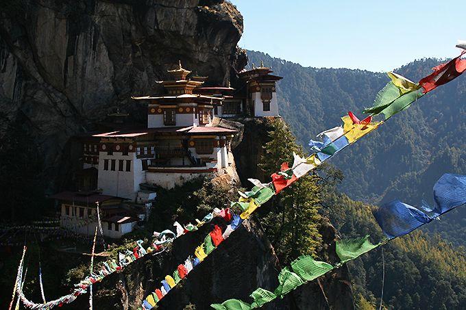 標高3000mの断崖絶壁の寺!ブータン「タクツァン僧院」はチベット仏教の聖地