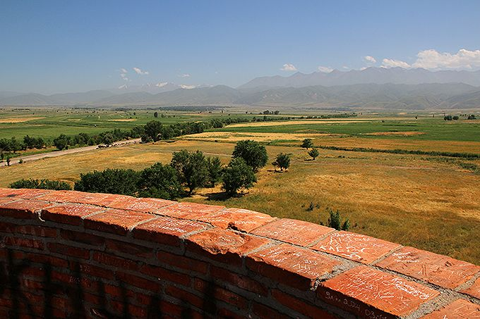 塔の上から天山山脈とシルクロードの絶景を見る