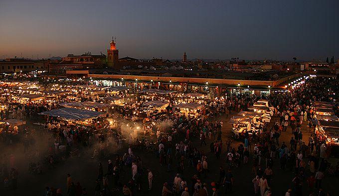 屋台が立ち並ぶジャマ・エル・フナ広場
