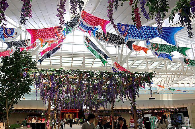 52匹のこいのぼりが彩る国際線旅客ターミナル
