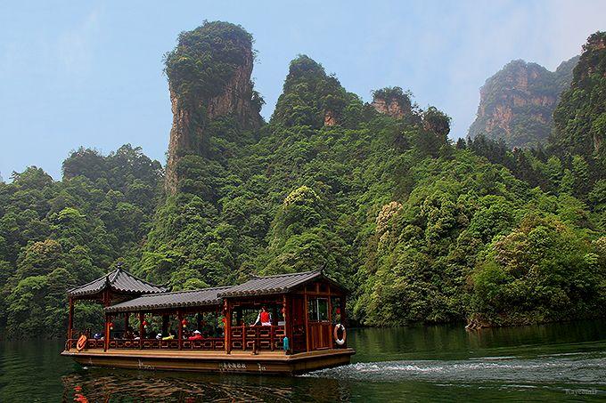 トゥチャ族の歌を聴きながら遊覧できる宝峰湖