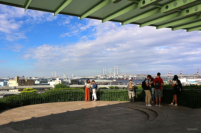 横浜港周辺を見下ろす絶好のロケーション「港の見える丘公園」とバラの名所「山手111番館」