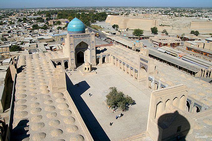 ランドマークの塔もあるカラーン・モスク