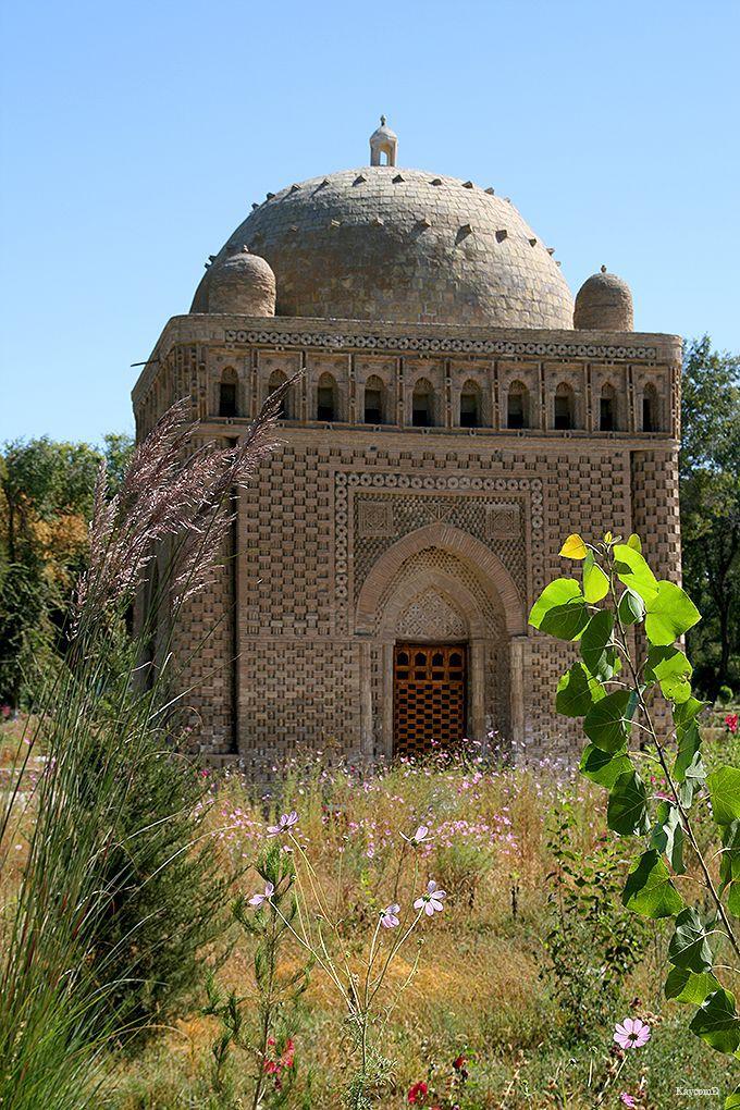 伝説が残るチャシュマ・ アユブ廟とイスラム建築最古のイスマイール・サーマニ廟