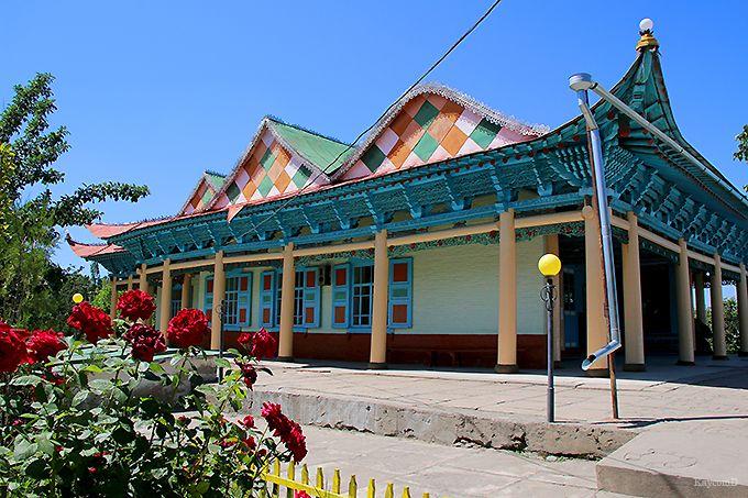 カラフルな木造のモスク「ドゥンガンモスク」