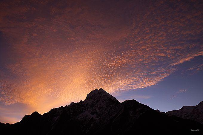 赤く染まるヒマラヤと満天の星空