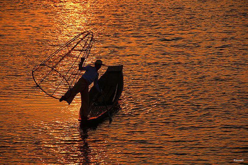 伝統的な漁を見ながら夕日鑑賞