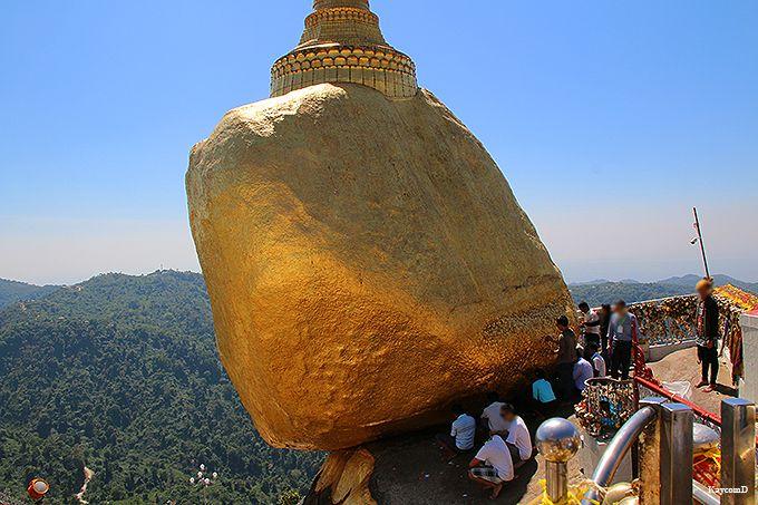 仏陀の不思議な力で落ちない岩
