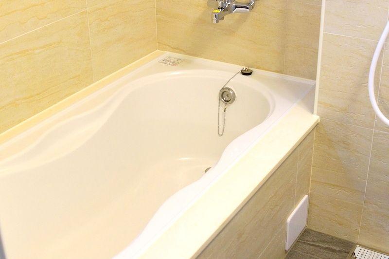 広い浴槽でゆっくり足を伸ばせる