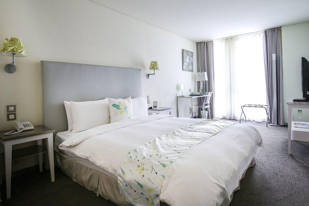 清潔感あふれる白い客室にはデザイナーズ家具も