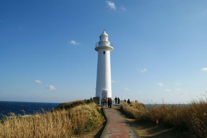 青空をバックに気分爽快!白く輝く爪木崎灯台