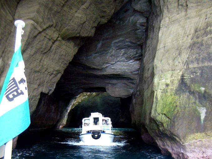 神秘の青の洞くつ!海から「天窓洞」を楽しもう