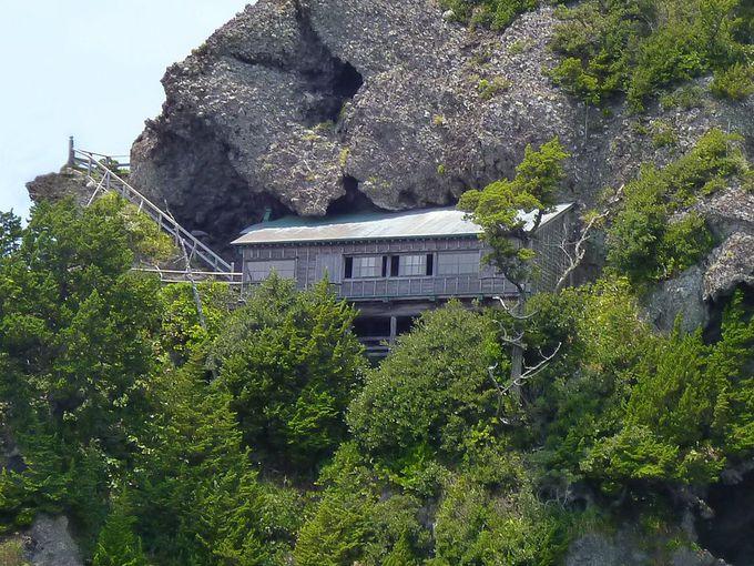 白亜のシンボル「石廊埼灯台」とびっくり仰天「石室神社」!