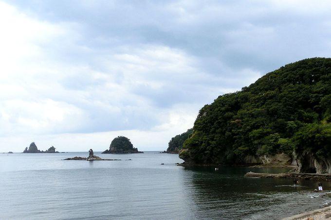 昼間も美しい海岸!夏は海水浴の穴場スポット