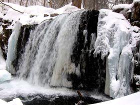 滝も凍る!雪と氷に彩られた奥入瀬渓流で、静寂の自然美を堪能