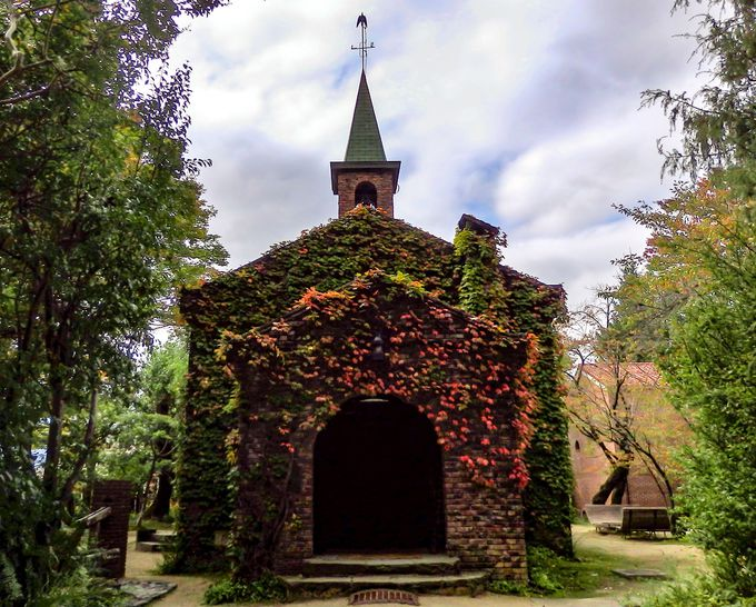 シンボルは教会風のレンガ造り「碌山館」