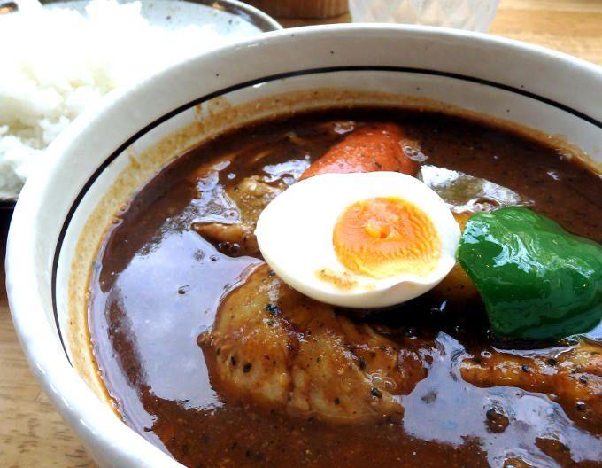 素材のうまみが溶け出したスープにスパイスが香る、絶品スープカレー