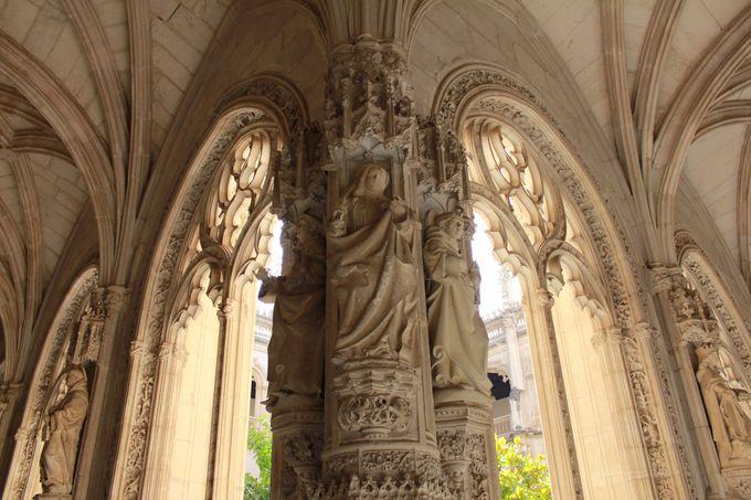 回廊と格天井が美しい「サン・フアン・デ・ロス・レイエス教会」