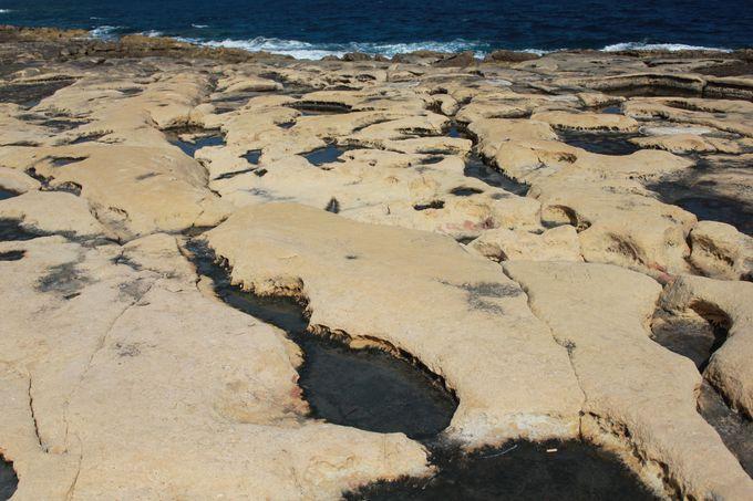はちみつ色のマルタ・ストーンが美しい「スリーマ」の海岸線